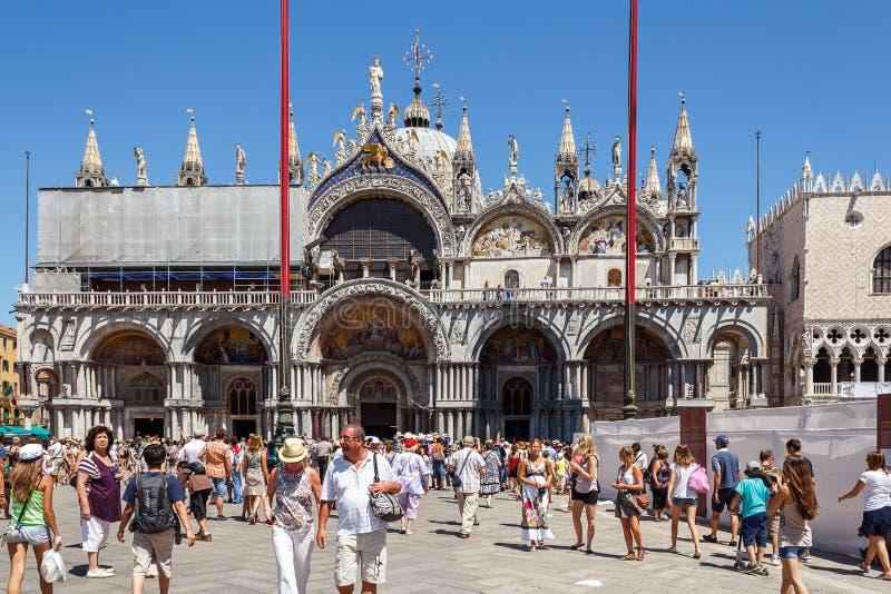 意大利,威尼斯- 2012年7月:有游人人群的St Marco广场2012年7月16日的在威尼斯。St Marco广场是最大和mo 库存照片