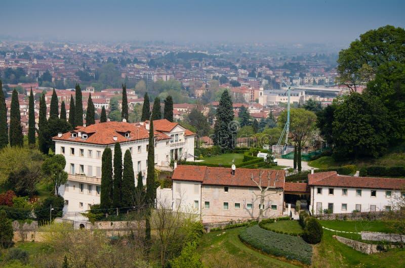 意大利,威岑扎,从小山的看法 库存图片