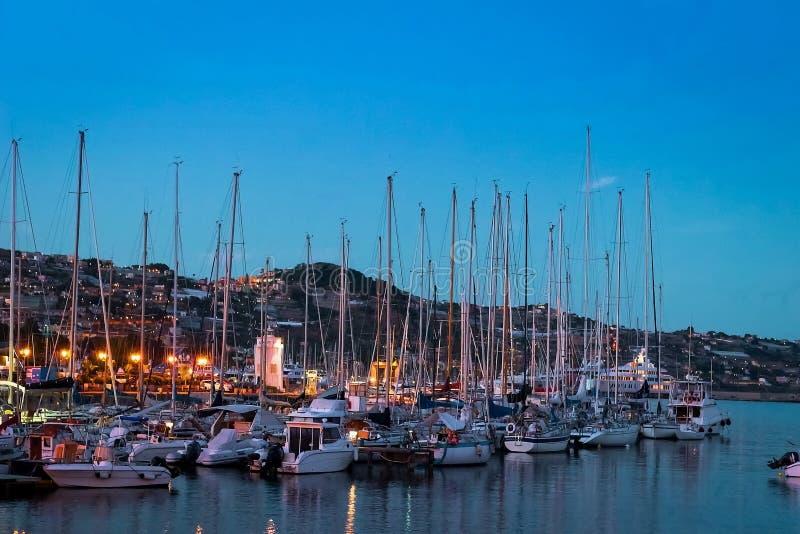 意大利,小船在圣雷莫小游艇船坞怀有 免版税库存照片