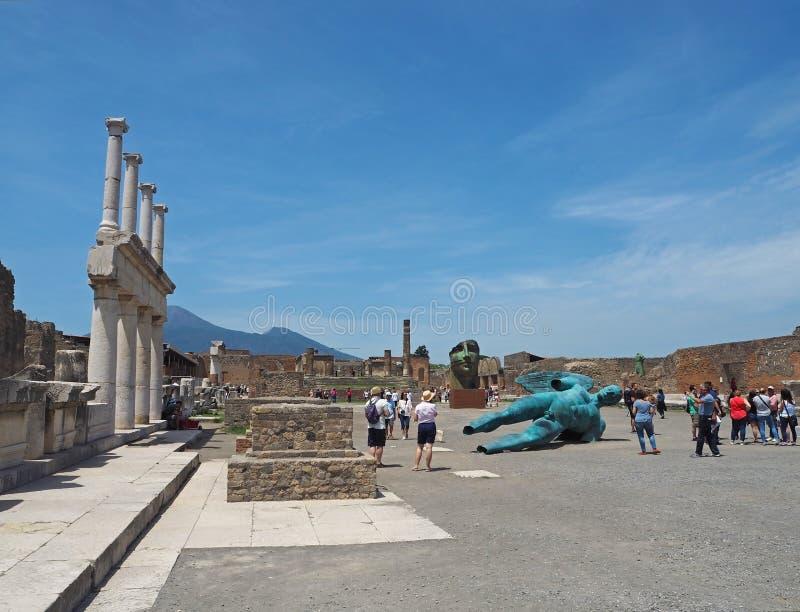 意大利,庞贝城, 2016年5月26日:看的小组游人  免版税库存图片