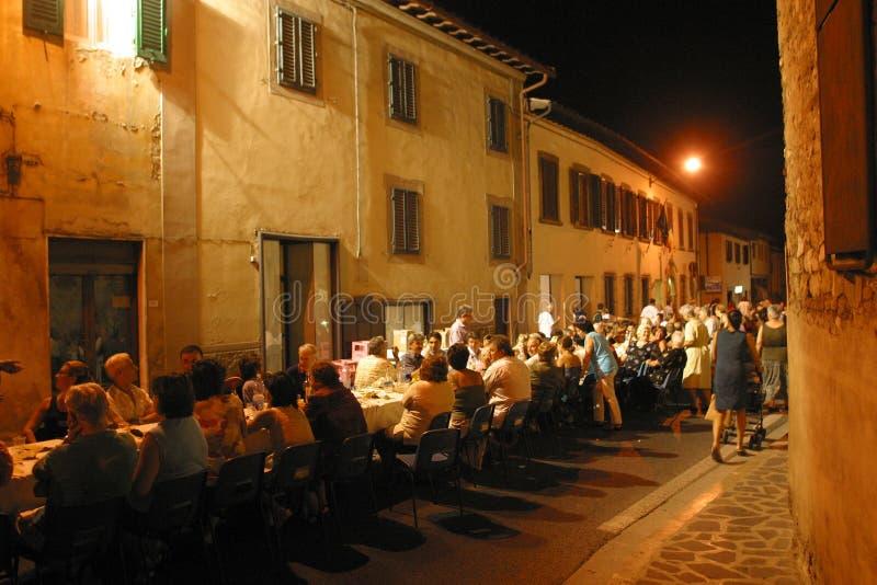 意大利,托斯卡纳,佛罗伦萨,巴尼奥阿里波利村庄,路的晚餐 免版税库存照片
