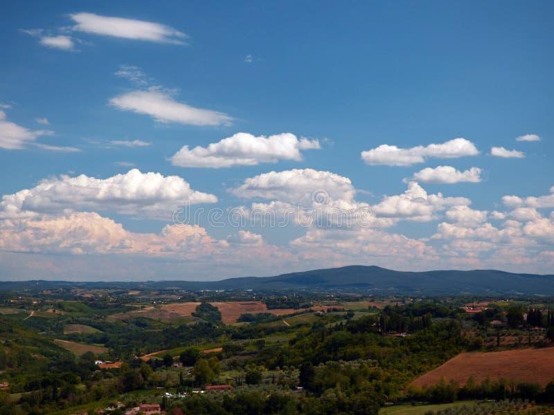 意大利,托斯卡纳,锡耶纳,圣吉米尼亚诺,村庄的看法从郊区的 免版税库存图片