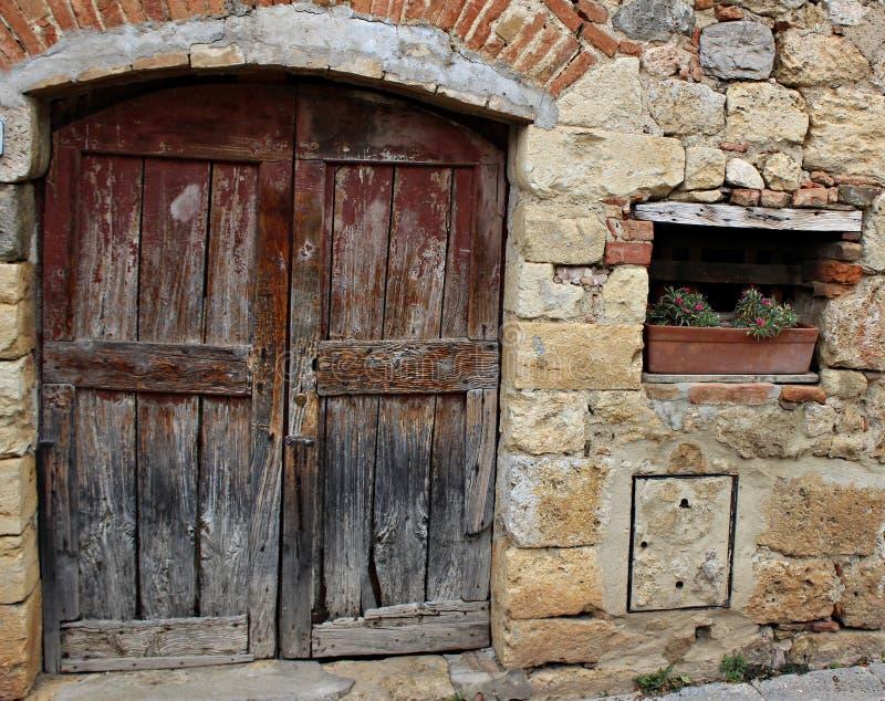 意大利,托斯卡纳:老托斯坎房子门道入口和窗口  免版税图库摄影