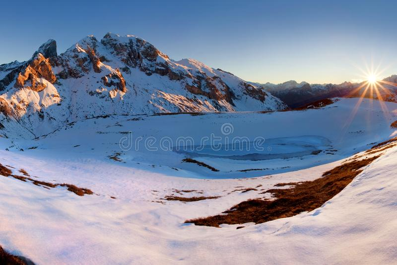 意大利,白云岩,阿尔卑斯-美妙的风景,在云彩上在好天气在与第一雪的冬天,意大利 Monte Cernera 免版税库存图片
