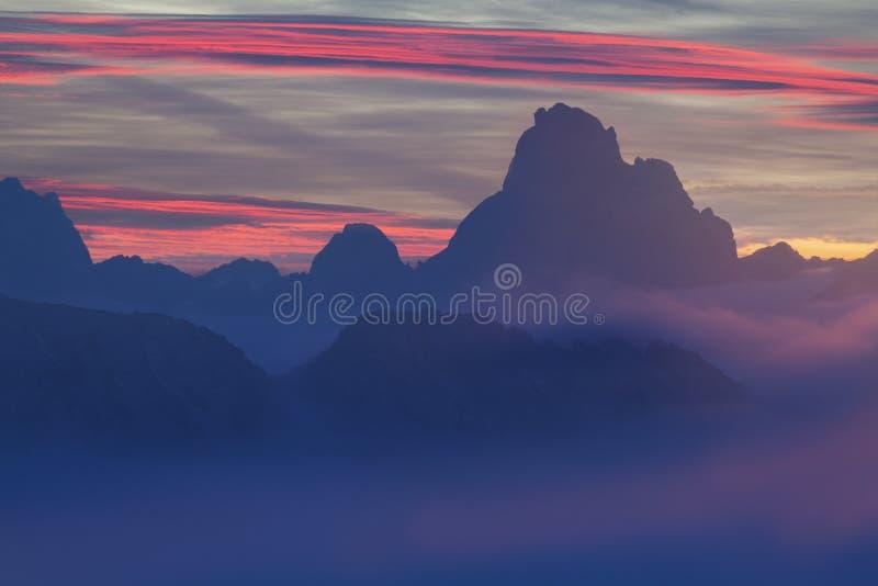 意大利,白云岩,阿尔卑斯-美妙的风景,在云彩上在好天气在秋天,意大利 与高山山的风景 图库摄影