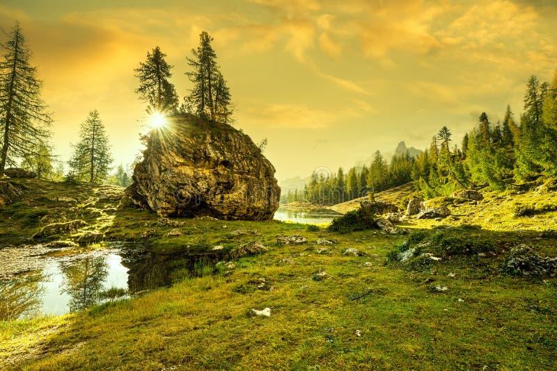 意大利,白云岩-在岩石后的日出 库存照片