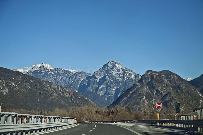 意大利, A23从乌迪内的机动车路向菲拉赫在冬天 免版税库存照片