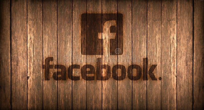 意大利, 2016年11月- Facebook商标在木头的火打印了 库存图片