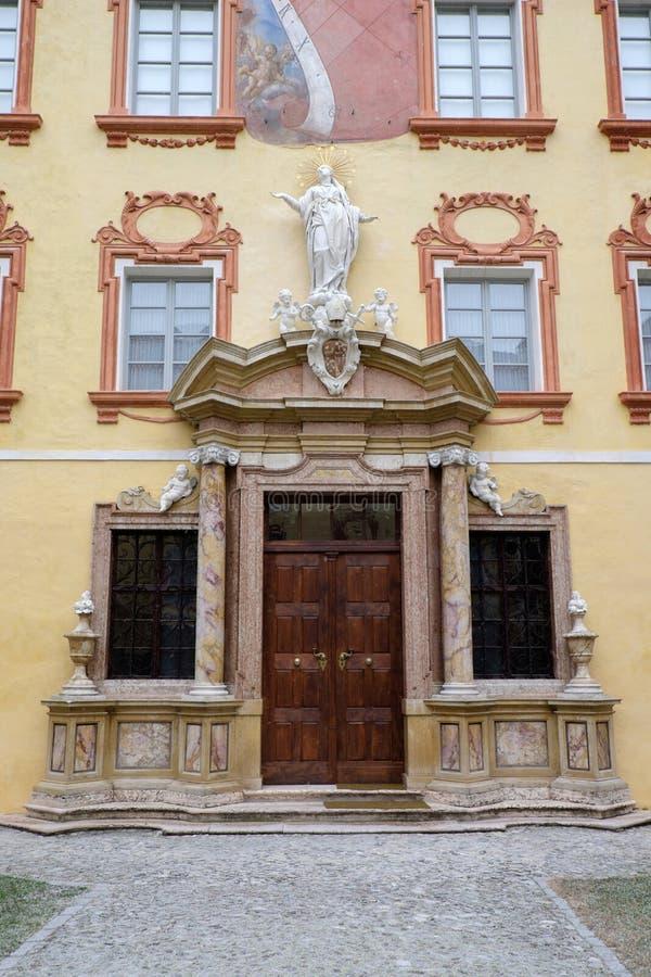 意大利, Bressanone,博物馆主教管区的主教的Palace的内在庭院的门 图库摄影