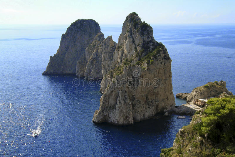 意大利 卡普里岛海岛和Faraglioni 图库摄影