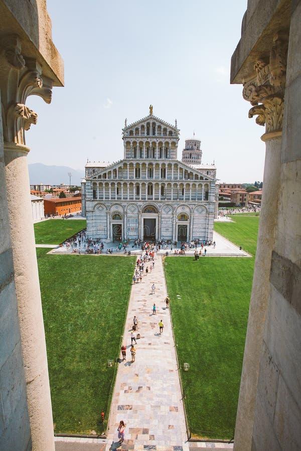 意大利 在晴朗的夏天期间,比萨,在奇迹广场的7月21日, 2013视图在大教堂和斜塔在比萨 免版税库存照片