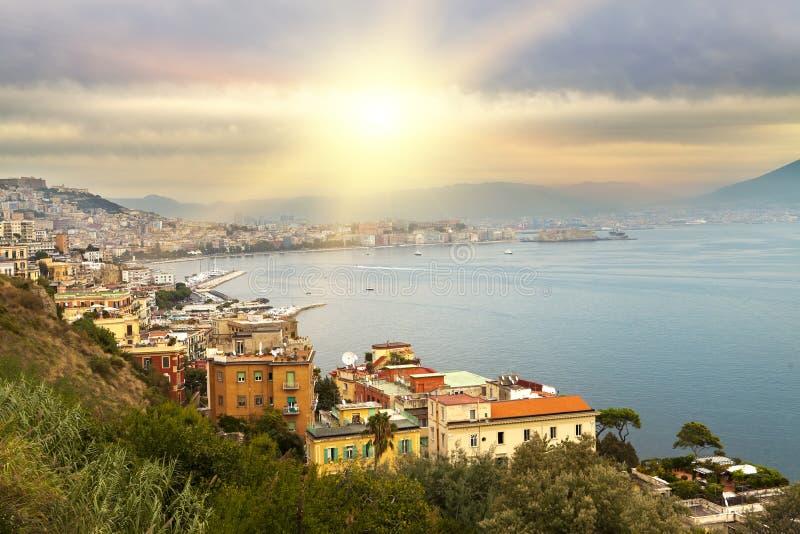 意大利 贝城有雾的意大利横向早晨那不勒斯 免版税库存照片