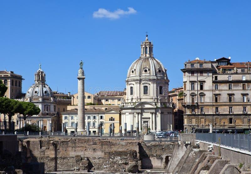 意大利 罗马 特洛伊圣玛丽亚二洛雷托省和Santissima Nome di玛丽亚(玛丽的多数圣洁名字专栏、教会)和废墟  图库摄影