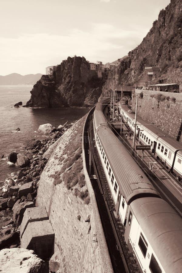 意大利 Cinque terre 在驻地Manarola的火车 在被定调子的乌贼属 图库摄影