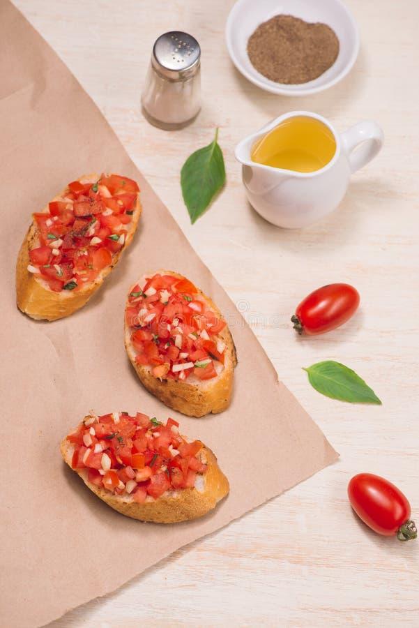 意大利bruschetta用烤蕃茄,无盐干酪乳酪和 免版税库存图片