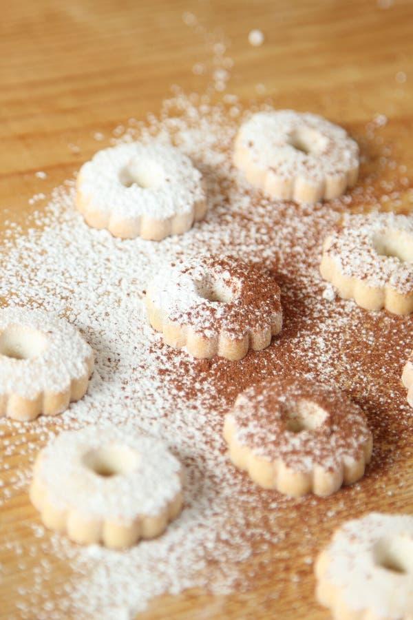 意大利canestrelli饼干洒与搽粉的糖和可可粉 图库摄影