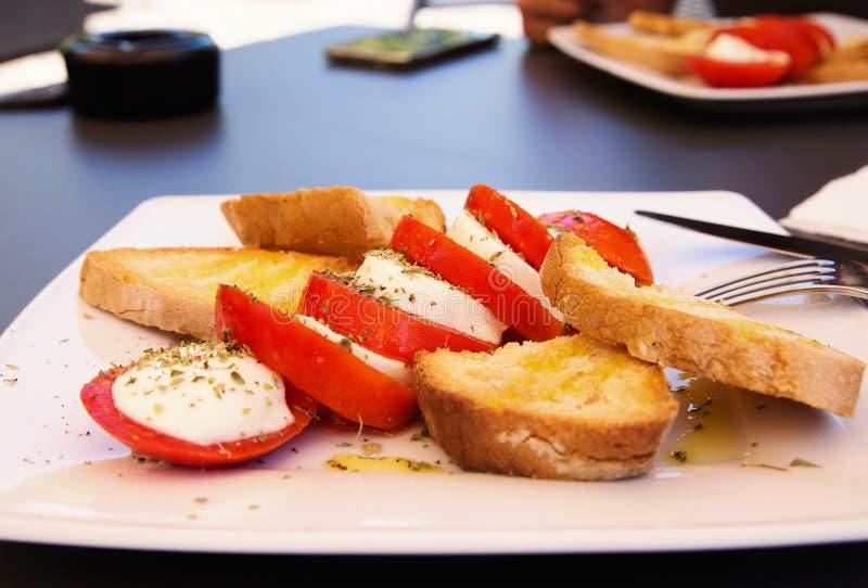 意大利caprese沙拉用新鲜的无盐干酪,蕃茄,橄榄色的oi 库存照片