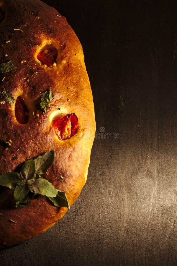 意大利focaccia面包用蕃茄和草本 库存照片