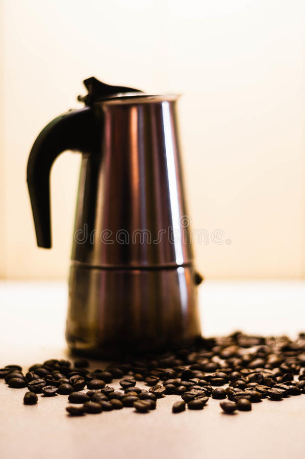 意大利moka咖啡壶和咖啡豆 黑色和丝毫 免版税库存图片