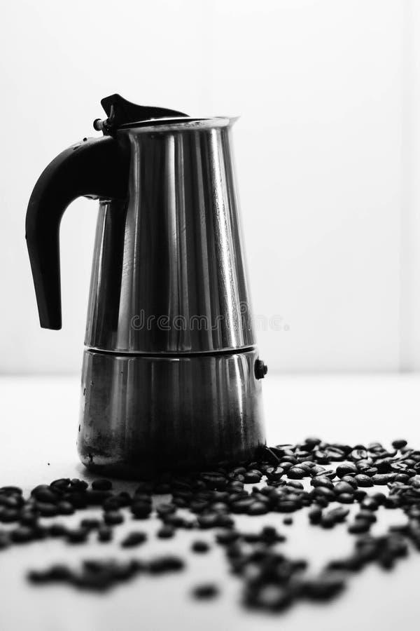 意大利moka咖啡壶和咖啡豆 黑色和丝毫 库存照片