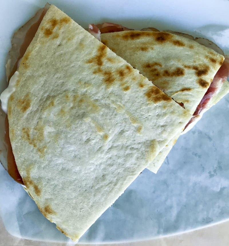 意大利piadina用火腿和squacquerone乳酪 免版税库存图片