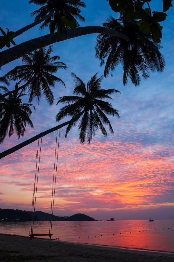 意想不到的云彩和日落天空在热带海岛 库存照片