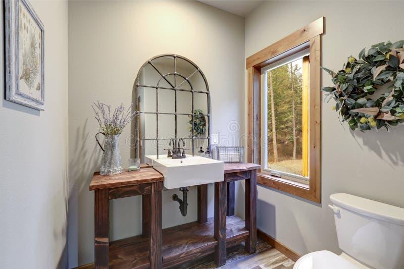 意想不到的卫生间吹嘘一个乡村模式的木盥洗盆 库存照片