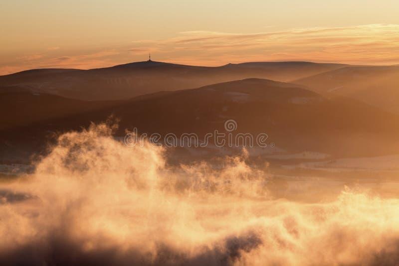 意想不到的平衡的冬天风景 剧烈的阴暗天空 : 与的美好的山冬天风景冻树 免版税库存图片