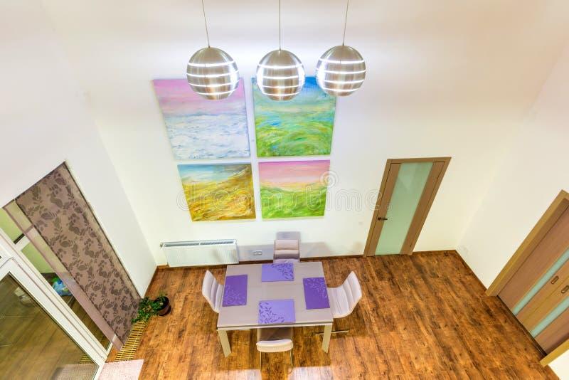 意想不到的当代客厅家内部 用餐玻璃空间圆桌的接近的刀叉餐具 虎队 库存照片