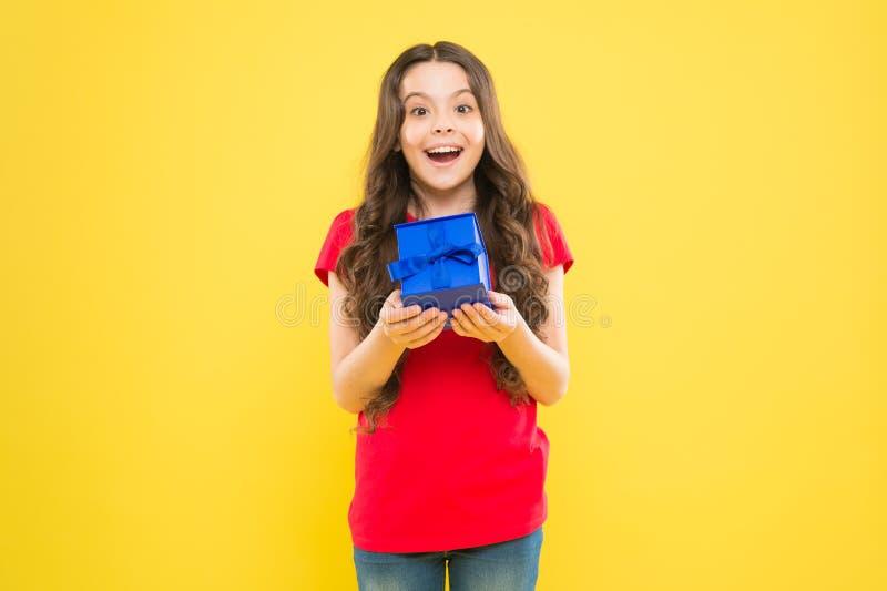 意想不到的惊奇 惊奇和宜人的当前箱子 儿童愉快的举行礼物盒 孩子女孩高兴礼物 ?? 库存照片
