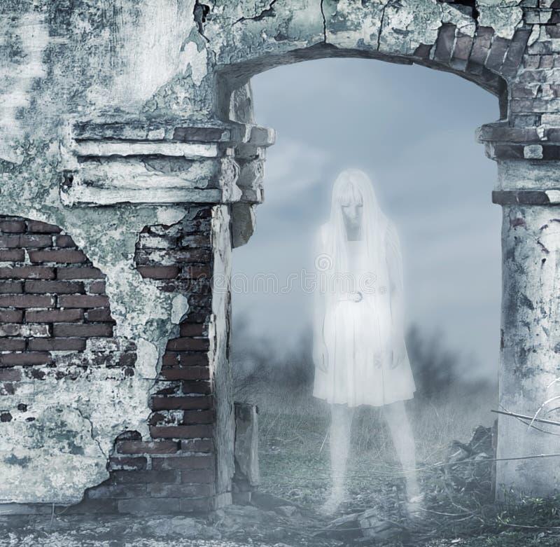 意想不到的透明白人妇女鬼魂 库存照片