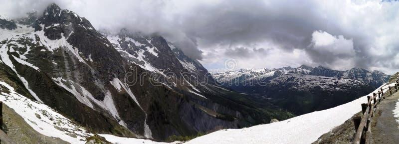 意想不到的雪和山全景在punta Helbronner下的奥斯塔 免版税库存图片