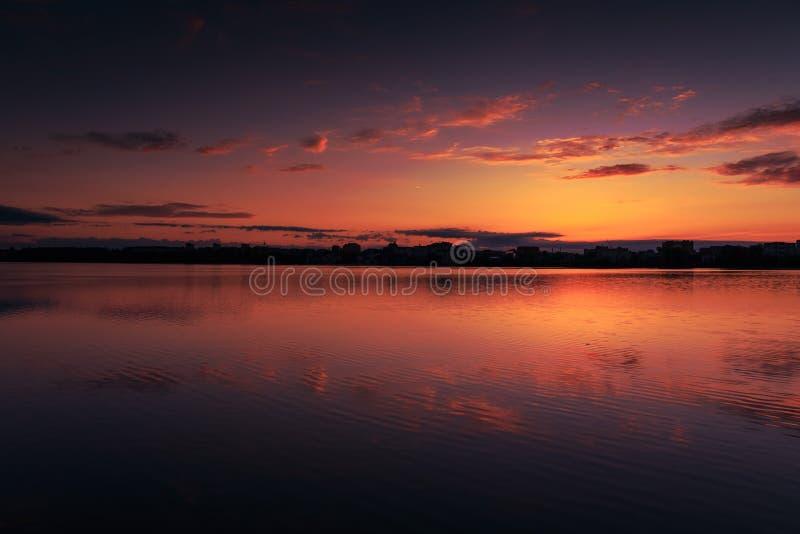 意想不到的风景,在湖的多色天空 庄严日出 库存图片