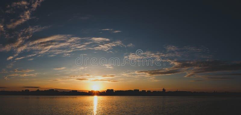 意想不到的风景,在湖的多色天空 庄严日出 图库摄影