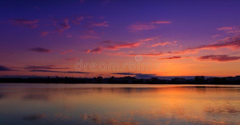 意想不到的风景,在湖的多色天空 庄严日落 免版税库存图片