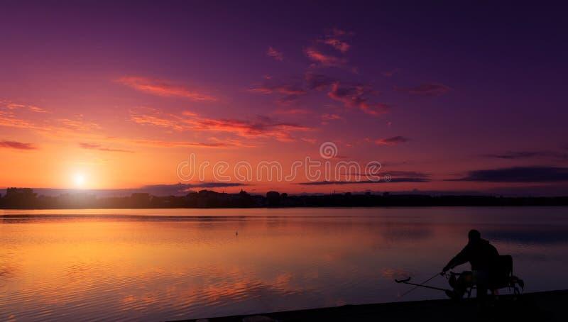 意想不到的风景,在湖的多色天空 庄严日落 免版税库存照片