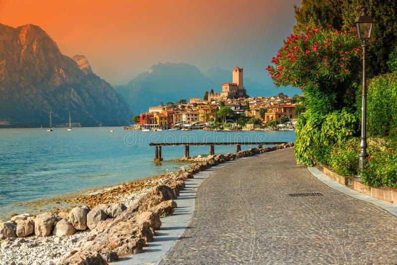 意想不到的马尔切西内旅游胜地和五颜六色的日落, Garda湖,意大利 免版税图库摄影