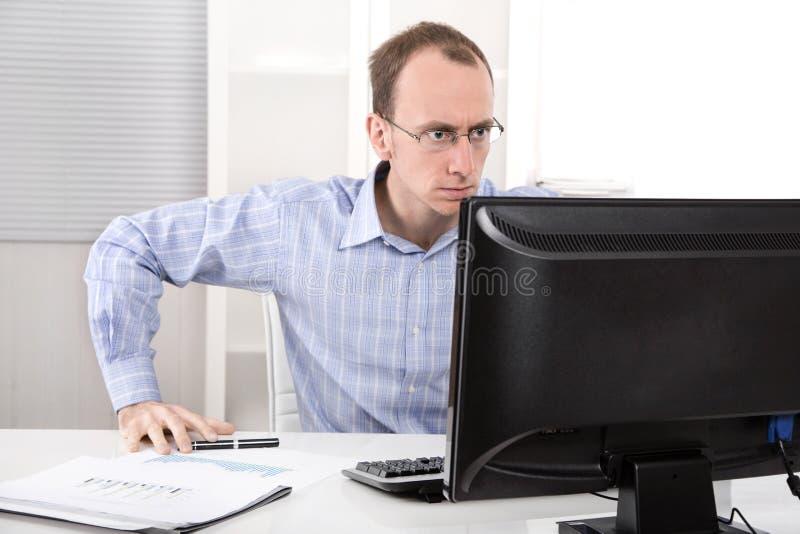 满意的纯谨的商人在他的办公室喜欢律师 免版税库存图片