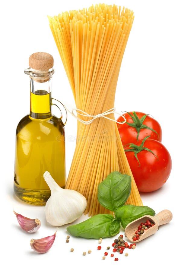 意粉、橄榄油、蕃茄和草本 库存图片