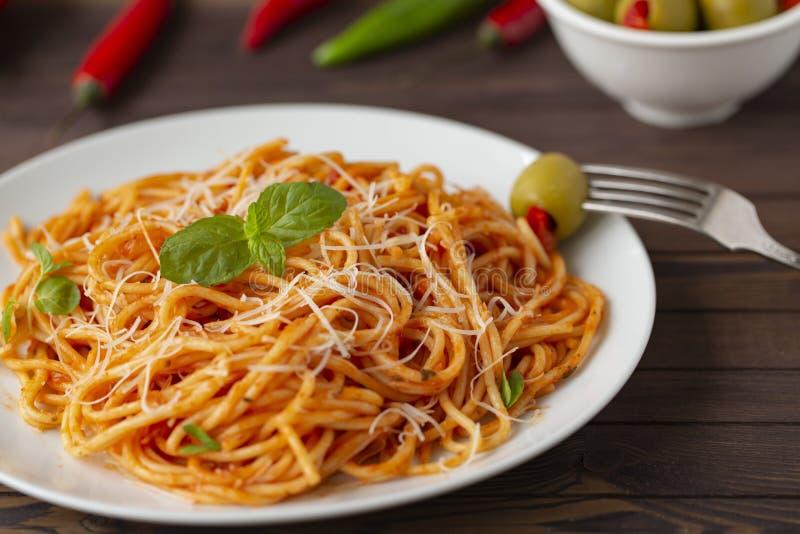 意粉博洛涅塞面团用西红柿酱和肉末、被磨碎的帕尔马干酪和新鲜的蓬蒿 图库摄影