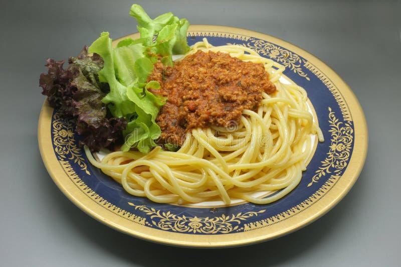 意粉博洛涅塞,肉西红柿酱用莴苣 免版税库存照片