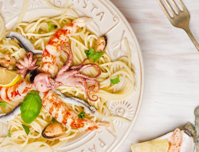 意粉海鲜用鲥鱼和婴孩章鱼,关闭 免版税库存图片