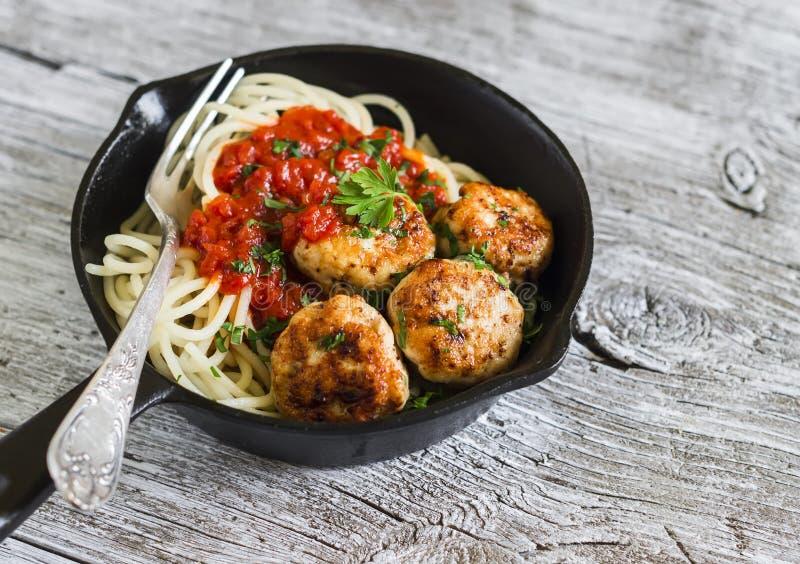 意粉用在平底锅的西红柿酱和鸡丸子 免版税库存图片