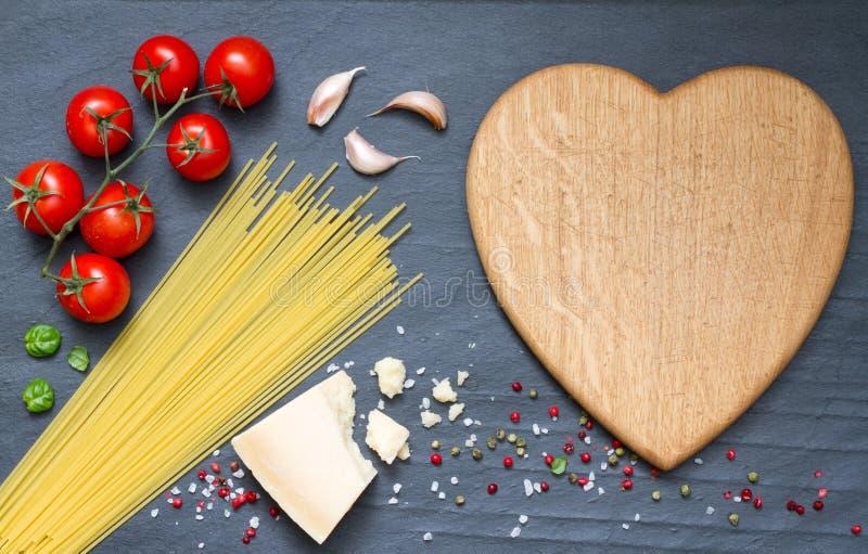 意粉面团成份提取在黑背景的食物 库存图片