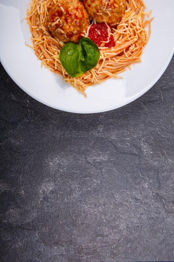 意粉面团用丸子和西红柿酱,顶视图 库存照片