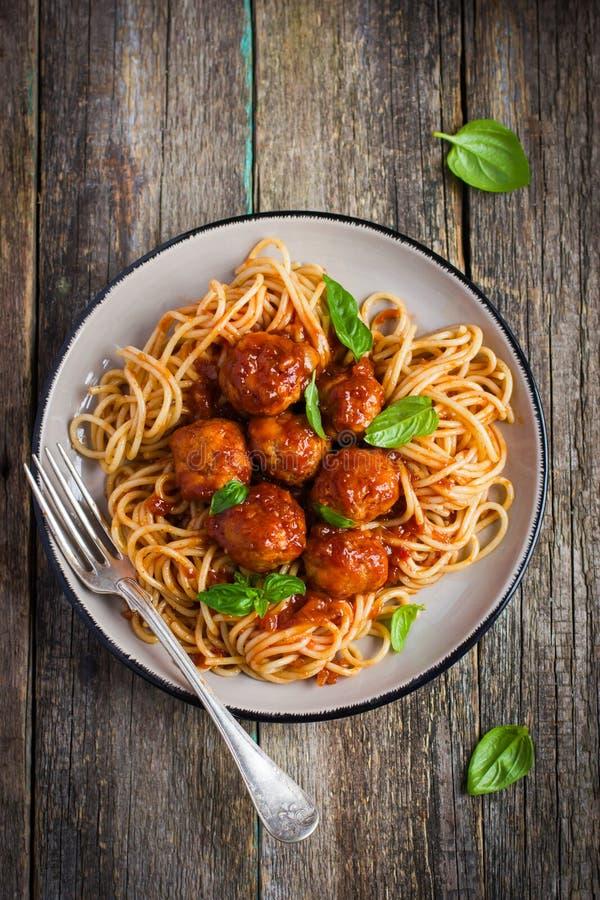 意粉面团用丸子和西红柿酱 库存图片