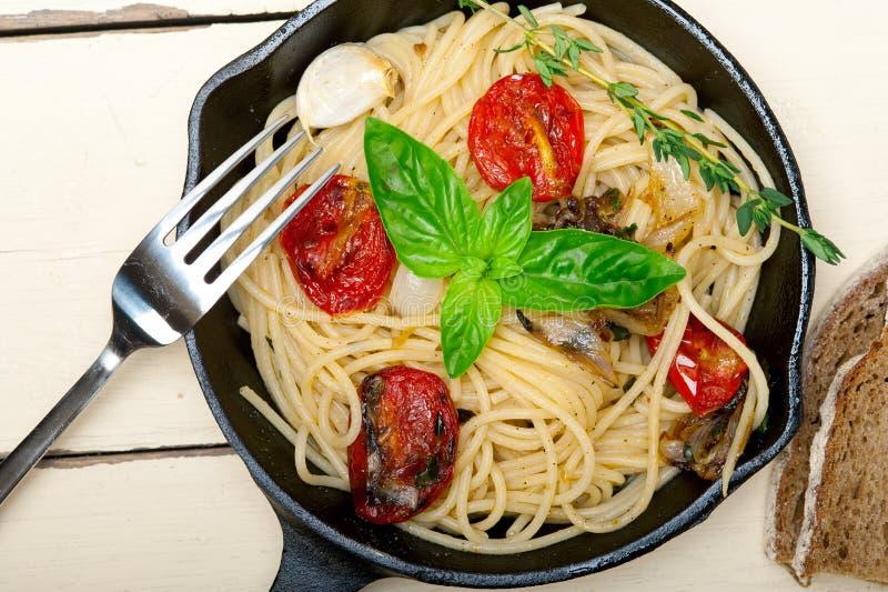 意粉面团用被烘烤的西红柿和蓬蒿 免版税库存图片