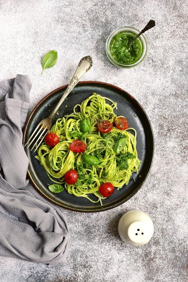 意粉面团用pesto调味汁和西红柿 顶视图 免版税库存照片