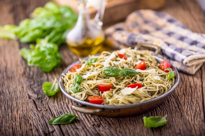 意粉 意大利面团意粉用蓬蒿pesto西红柿和橄榄油 库存图片