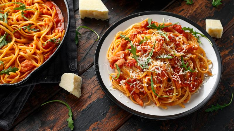 意粉alla Amatriciana用pancetta烟肉、蕃茄和pecorino乳酪 库存图片